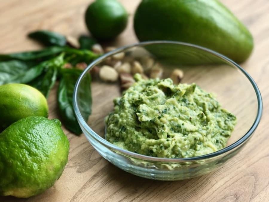 receta pesto vegano con aguacate y albahaca muy fácil de hacer en menos de 5 minutos